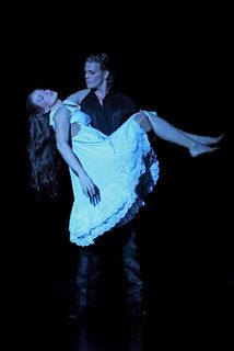 07_Das-Musical-ELISABETH_Annemieke-van-Dam(Elisabeth)_Mark-Seibert(Tod)_FotHerbert-Schulze
