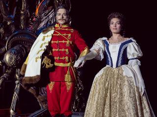 17_Das-Musical-ELISABETH_Maximilian-Mann_(Franz-Joseph)_Roberta-Valentini_(Elisabeth)_Foto_Juliane-Bischoff